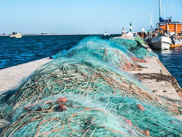 Vista de uma rede de pesca no cais