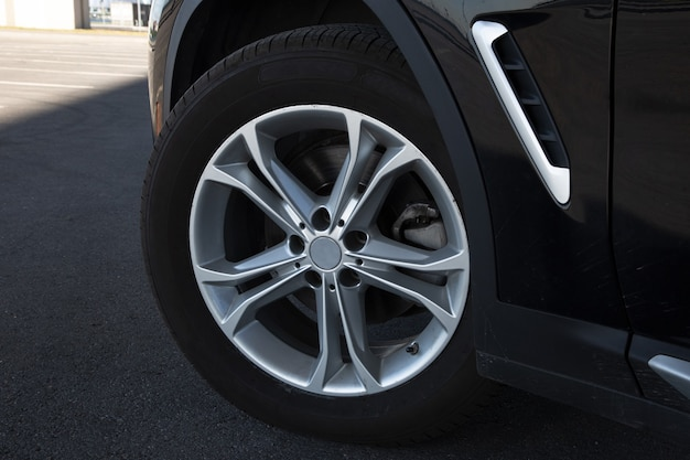 Vista de uma roda com uma roda de liga leve de um carro de prestígio