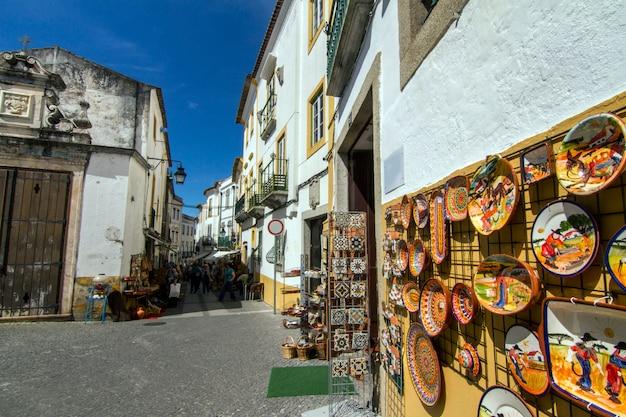 Vista de uma rua típica das aldeias da região do alentejo, esta é da cidade de évora, portugal.