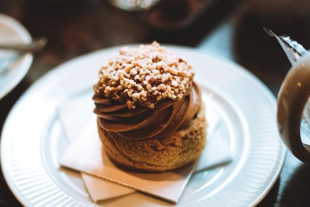 Vista de uma sobremesa deliciosa lindamente projetada com chocolate e canela com cobertura
