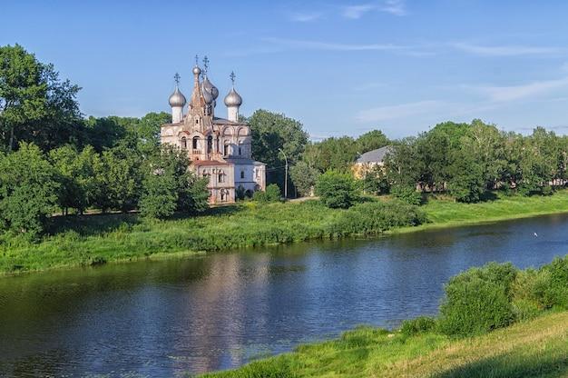 Vista de uma velha igreja na cidade de vologda, na margem do rio vologda, na rússia.