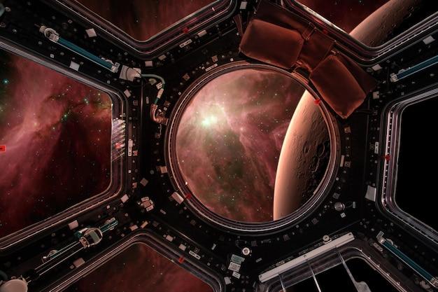 Vista de uma vigia da estação espacial no plano de fundo de marte