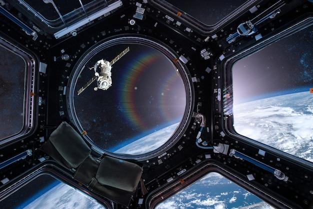 Vista de uma vigia de uma estação espacial na terra