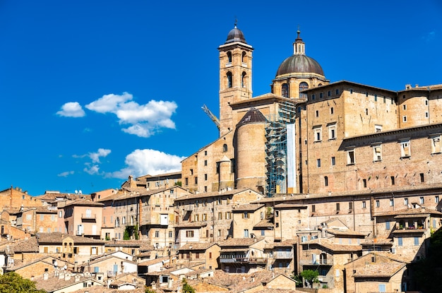 Vista de urbino com o palácio ducal. patrimônio mundial da unesco em marche, itália