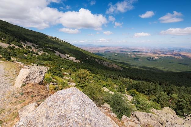 Vista de vales verdes da região de aragão da montanha moncayo. ambiente natural na temporada de verão.