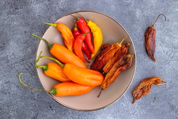 Vista de várias pimentas peruanas, como pimenta amarela, limusine e páprica