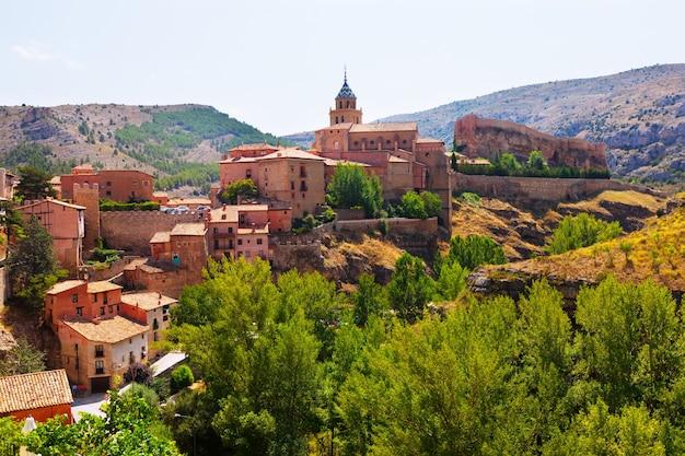 Vista de verão da cidade das montanhas em aragão