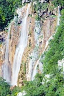 Vista de verão da grande cachoeira no parque nacional dos lagos de plitvice (croácia)