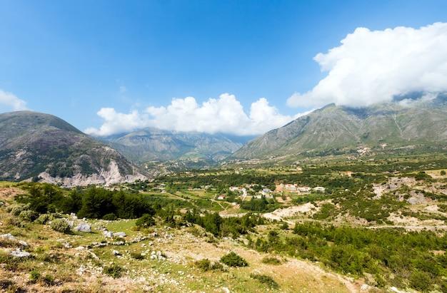 Vista de verão da passagem de llogara em um pequeno vilarejo na encosta (albânia)