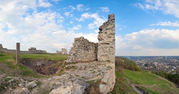 Vista de verão das ruínas do antigo castelo (cidade de kremenets, região de ternopil, ucrânia). construída no século xii. quatro tiros costuram a imagem.