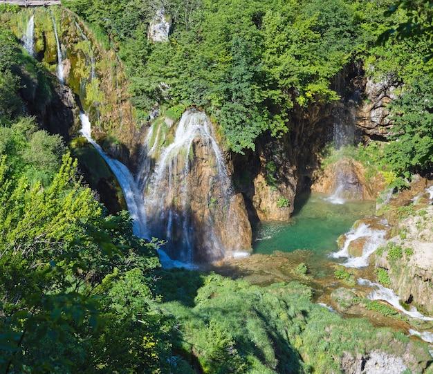 Vista de verão (de cima) das cachoeiras do parque nacional dos lagos de plitvice (croácia)