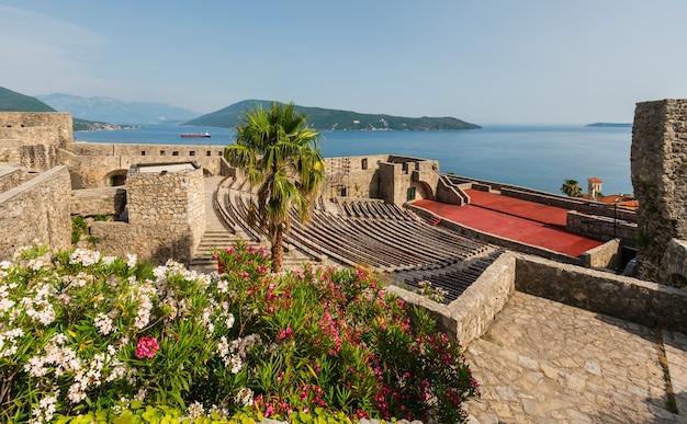 Vista de verão do castelo forte mare e baía de kotor (herceg novi, montenegro)