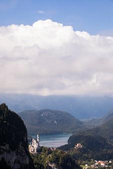 Vista de verão perto do castelo de neuschwanstein, baviera, sul da alemanha