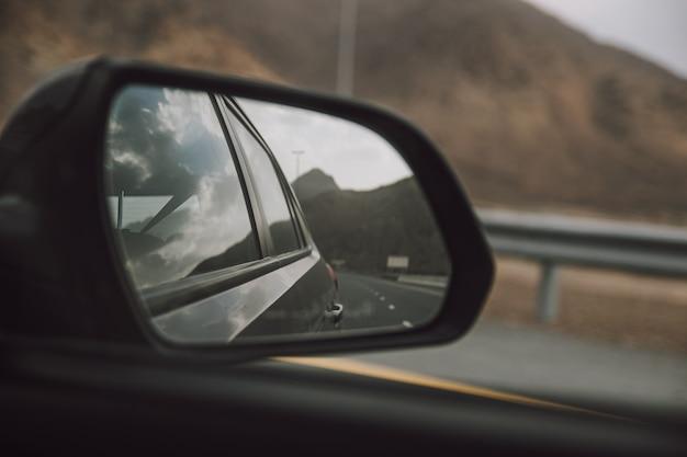 Vista de viagem no espelho lateral do carro