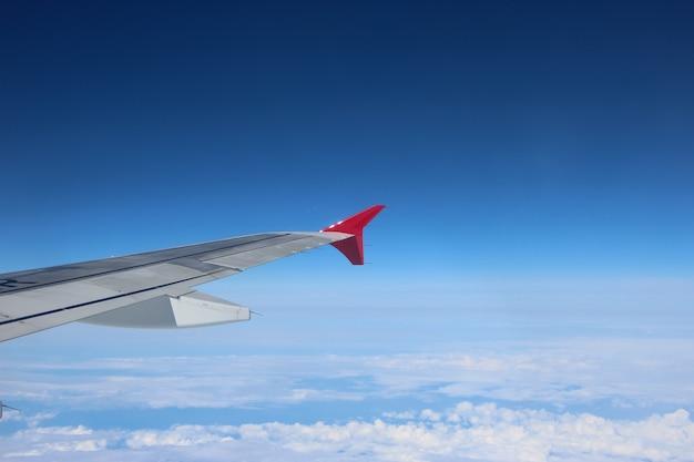 Vista de vigia da asa do avião e do céu