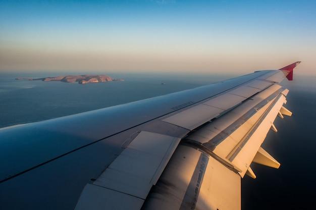 Vista de vigia da asa do avião.
