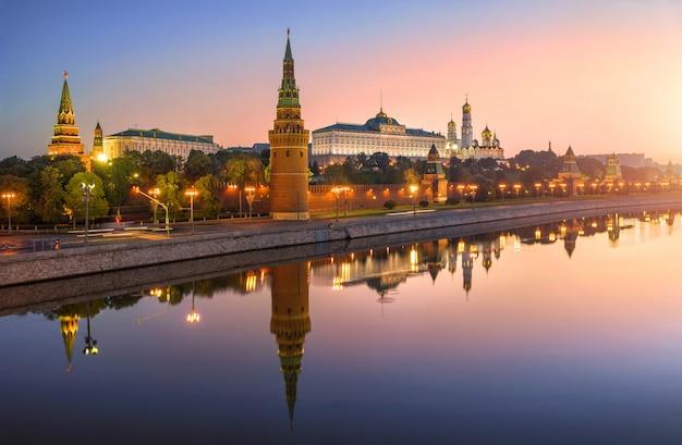 Vista de vodovzvodnaya, outras torres e templos do kremlin de moscou com reflexão