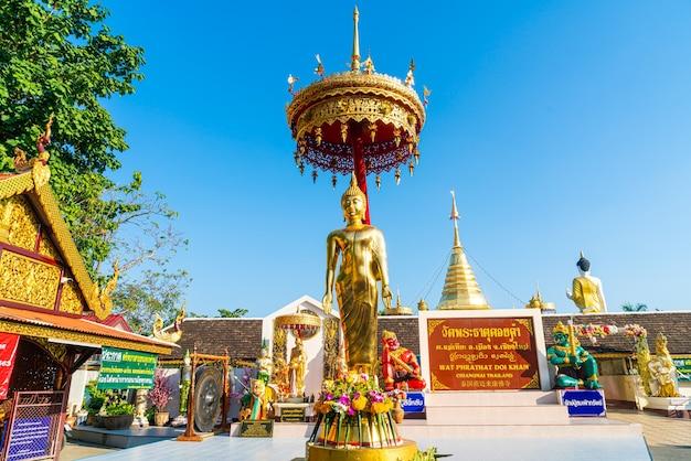 Vista de wat phra that doi kham (templo dourado) em chiang mai, tailândia.