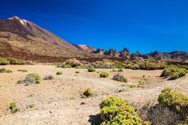Vista deserta do parque nacional las canadas com o monte teide, tenerife, espanha