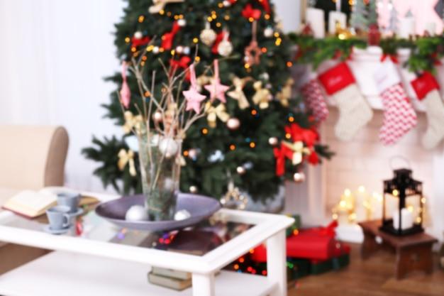 Vista desfocada da bela sala de estar decorada para o natal