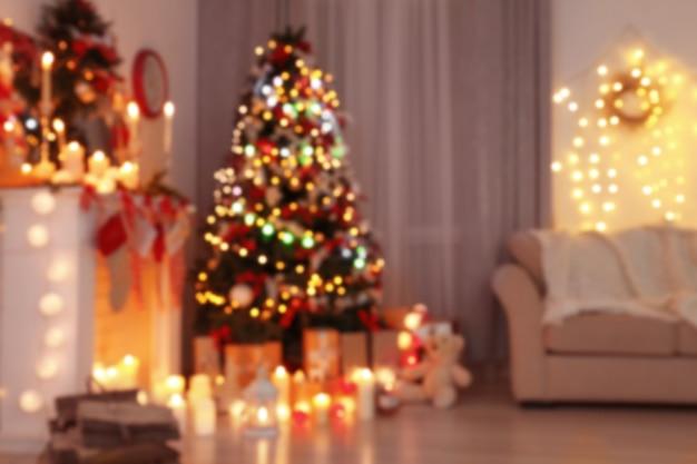 Vista desfocada da sala decorada com uma bela árvore de natal
