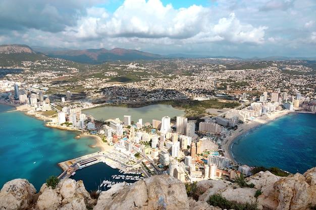 Vista deslumbrante da alta montanha ifach na espanha para o citycalp, mar, horizonte com nuvens no céu.
