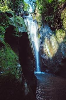 Vista deslumbrante da cachoeira.
