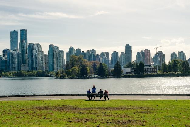 Vista deslumbrante da cidade de vancouver e burrard inlet do stanley park ao nascer do sol no outono, vancouver, british columbia
