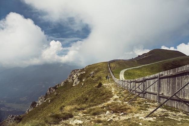Vista deslumbrante da paisagem das montanhas dolomiti nos alpes italianos com uma bela paisagem de nuvens