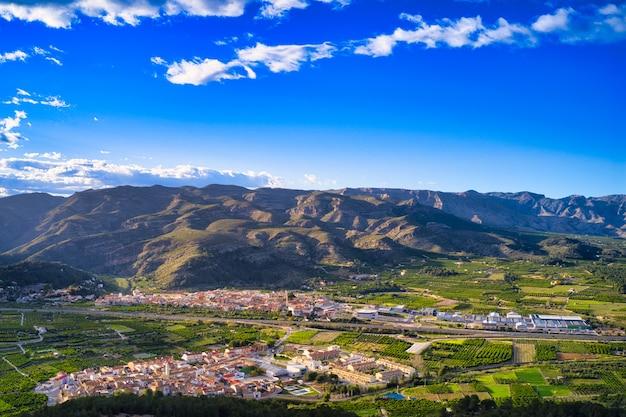 Vista deslumbrante da paisagem de uma cidade cercada por colinas cobertas por uma vegetação exuberante