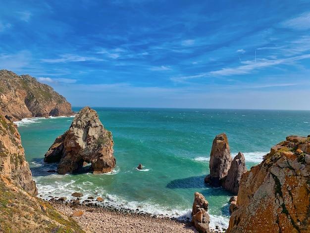 Vista deslumbrante da paisagem marítima com imensas formações rochosas na costa