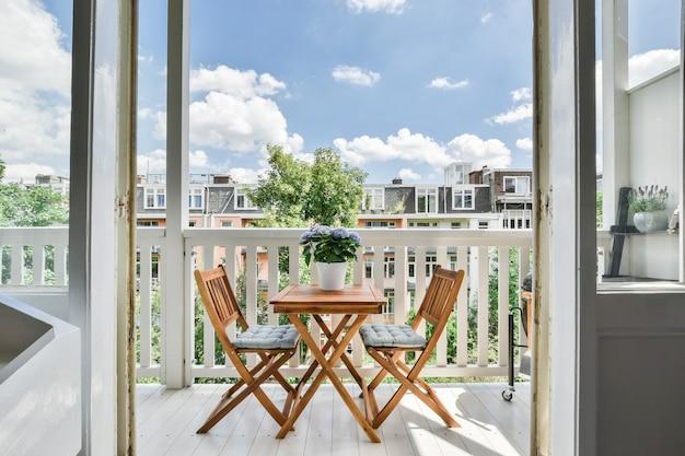 Vista deslumbrante da rua da varanda com mesa de chá
