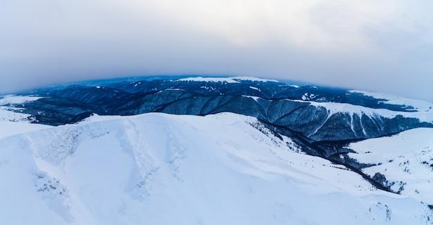 Vista deslumbrante das falésias cobertas de neve