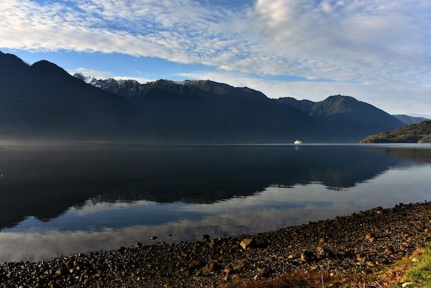 Vista deslumbrante de um céu azul, um lago e montanhas