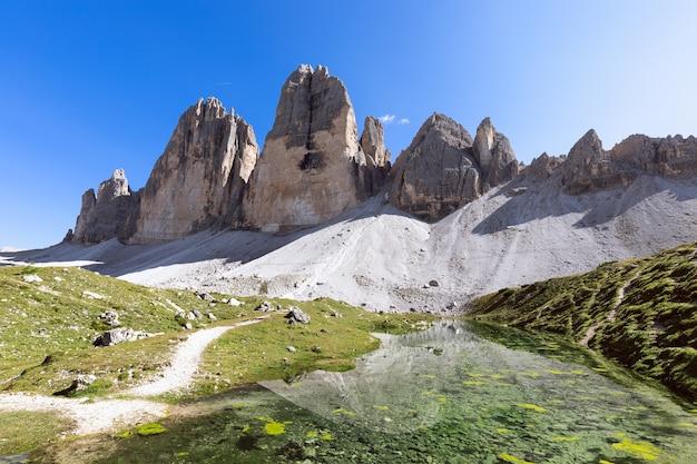 Vista deslumbrante de um lago de montanha perto do famoso tre cime di lavaredo. tirol do sul, itália
