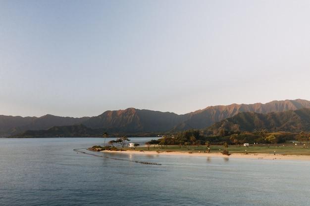 Vista deslumbrante de uma bela praia com céu azul claro