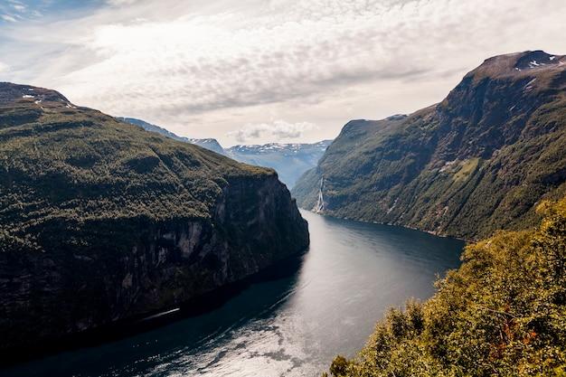 Vista deslumbrante do fiorde sunnylvsfjorden e famosa cachoeira sete irmãs; noruega