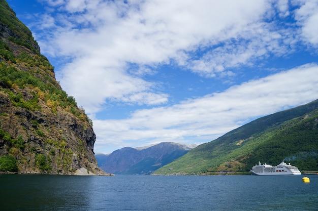Vista deslumbrante do fiorde sunnylvsfjorden e navio de cruzeiro Foto Premium