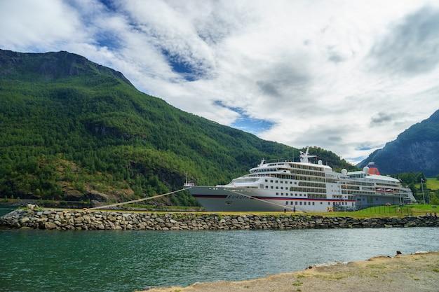 Vista deslumbrante do fiorde sunnylvsfjorden e navio de cruzeiro