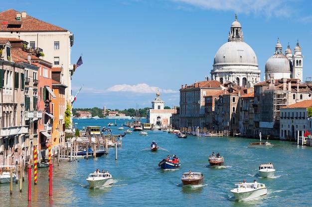 Vista deslumbrante do grande canal e da basílica de santa maria della salute, veneza, itália