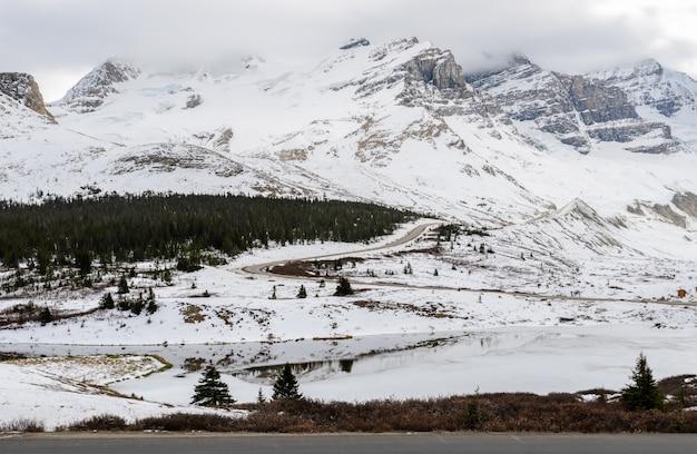 Vista deslumbrante do inverno do columbia icefield no jasper national park, alberta, canadá