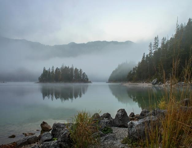 Vista deslumbrante do lago zugspitze cercado por florestas em eibsee