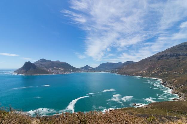 Vista deslumbrante do pico de chapman perto do oceano capturada na áfrica do sul