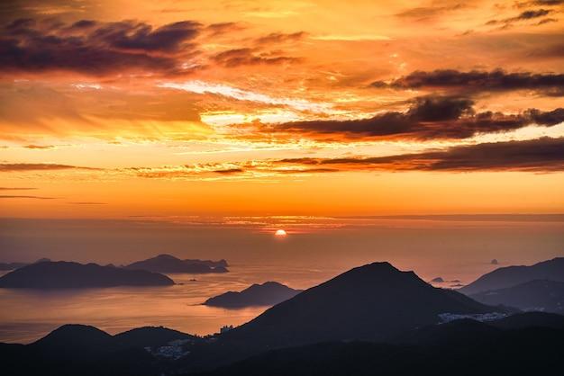 Vista deslumbrante do pôr do sol alaranjado e do mar