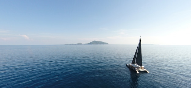 Vista deslumbrante para a navegação de iate em mar aberto no dia ventoso. visão do drone - ângulo dos olhos das aves. - impulse o processamento de cores.