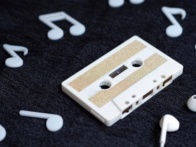 Vista diagonal branco fita cassete minimalista
