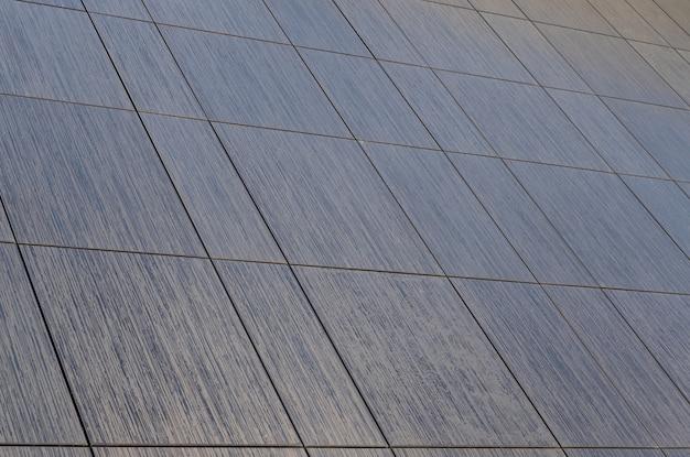 Vista diagonal da cerâmica de ladrilhos marrons de diferentes formas e padrão detalhado no chão, para projetos de design