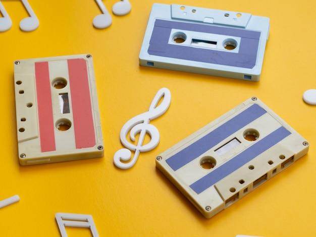 Vista diagonal fitas cassete multicoloridas com notas