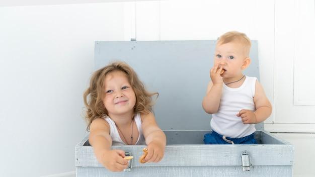 Vista dianteira, crianças, sentando, em, um, caixa