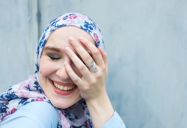 Vista dianteira, de, adorável, mulher, com, hijab